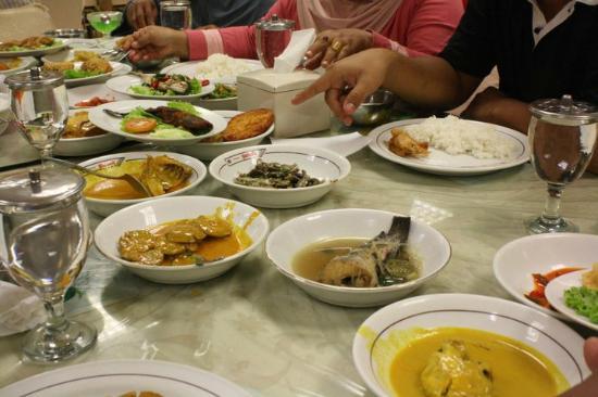 Garuda Padang Food: banyak pilihan lauk pauk