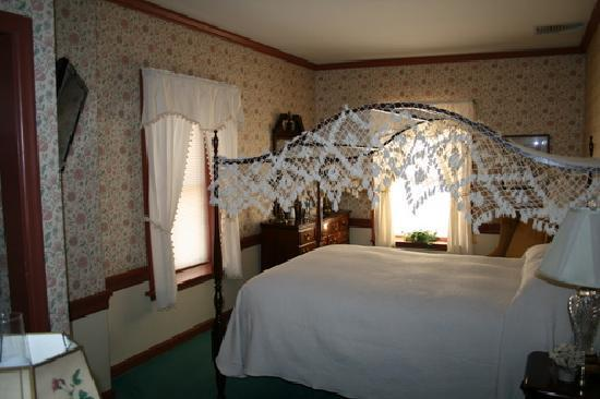 Strasburg Village Inn: Room 6, traditional room with queen bed
