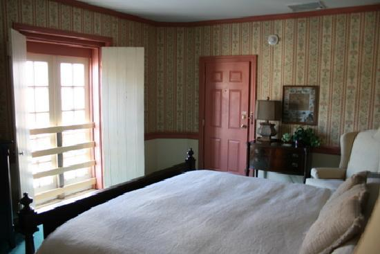 Strasburg Village Inn: Room 10, king bed & jacuzzi tub
