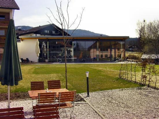 Wellnesshotel Eibl-Brunner : Sicht auf das Schwimmbad vom Hof her