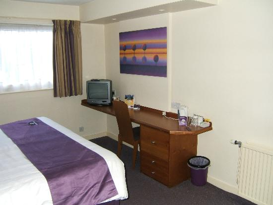Premier Inn Knutsford (Bucklow Hill) Hotel: Television and tea, coffee, etc