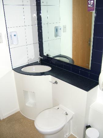 Premier Inn Knutsford (Bucklow Hill) Hotel: Toilet and wash basin
