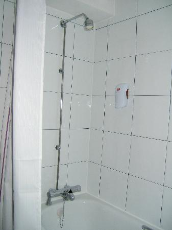 Premier Inn Knutsford (Bucklow Hill) Hotel: Shower over bath