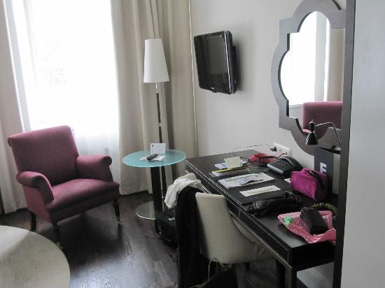 Elite Plaza Hotel Malmo: Inte så stort men plats för fåtölj och arbetsbord