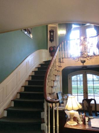Montague Inn: Main Staircase