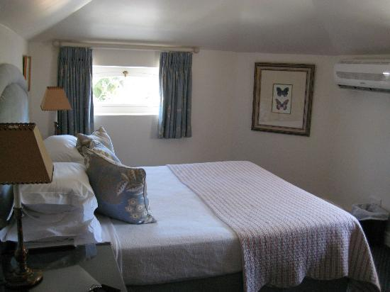 Ashbourne House Guest House: Bedroom with aircon.
