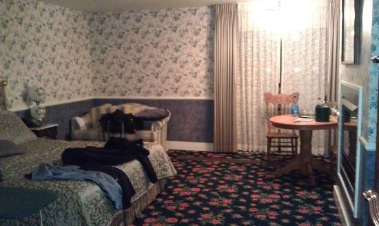 Hill House Inn: Old crazy floral patterns