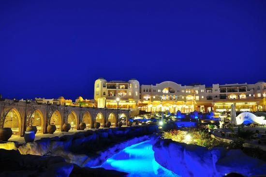 Kempinski Hotel Soma Bay: Hotel at night