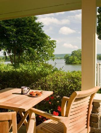 Lookout Point Lakeside Inn: King Suite Porch