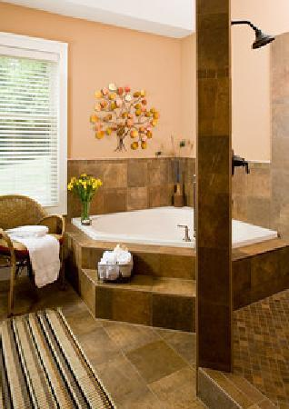 Lookout Point Lakeside Inn: King Suite Spa Room