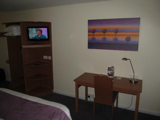Premier Inn Gillingham Business Park Hotel: Premier Inn Gillingham, desk and TV