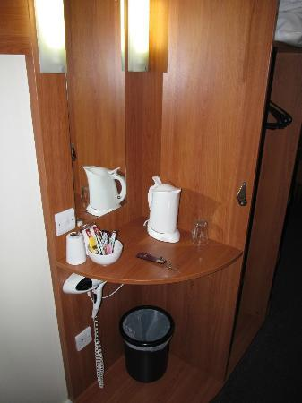Premier Inn Gillingham Business Park Hotel: Premier Inn Gillingham, coffee and tea making corner