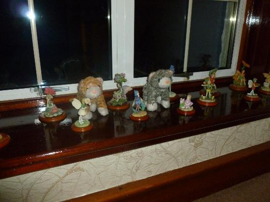 Edencoille Bed & Breakfast: (the toy cats were ours) trinkets in the hall