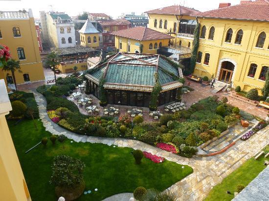Four Seasons Hotel Istanbul at Sultanahmet: cou-jardin de l'hôtel depuis une des terrasses communes