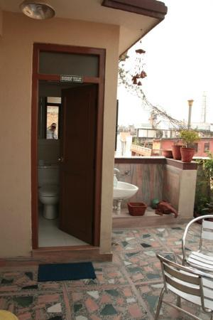 Asmita Bed & Breakfast: Rooftop terrace bathroom of our Everest room
