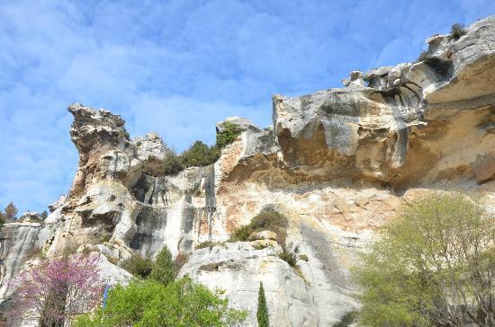 Taven Résidences : Cliffs form the backdrop for the hotel
