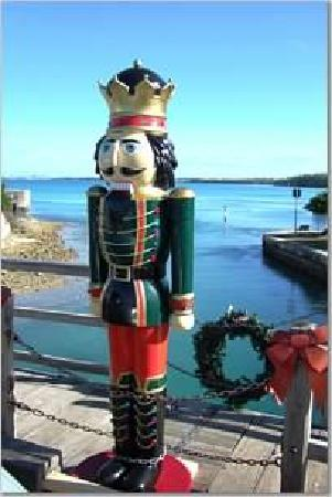 Somerset Bridge: in december, bridge 'sprouts' 4 nutcrackers that disappear somewhere around the new year