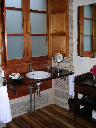 Casa De Dona Blanca: Baño con ventana exterior. Buen secador.