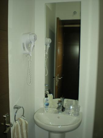 Hostal Cibeles: Detalle del secador del pelo,muy potente!!!