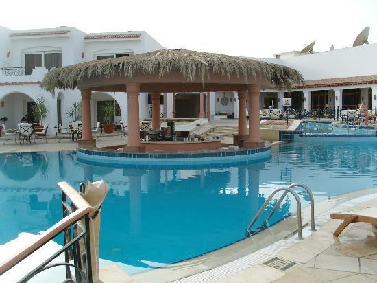 le bar de la piscine picture of iberotel palace sharm el sheikh tripadvisor. Black Bedroom Furniture Sets. Home Design Ideas