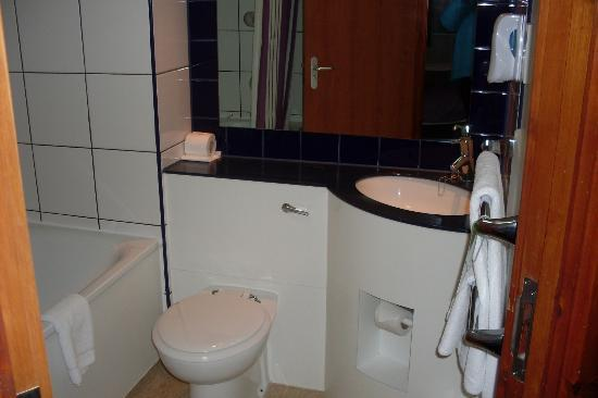 Premier Inn London Kings Cross Hotel: Bathroom