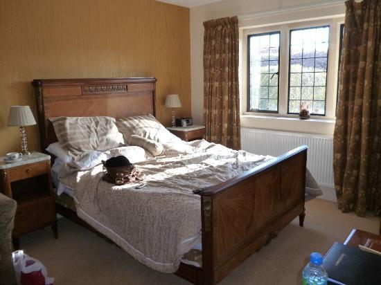 Cranbourne House: Kingsize bed and view out to front of house