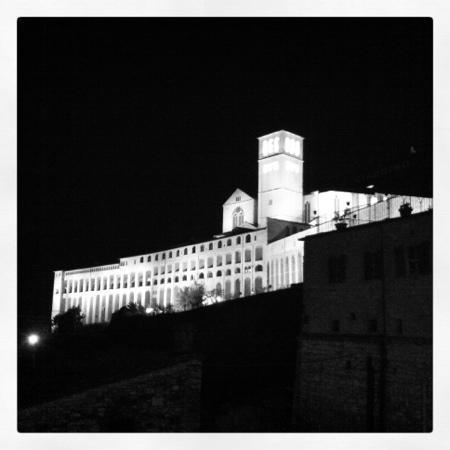 Il Castello: La Chiesa di San Francesco vista da vicino l'albergo