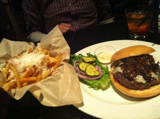 Healdsburg Bar & Grill: Great burger and truffle fries