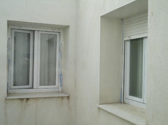 Hotel Ramon y Cajal: Exterior de las ventanas con plástico protector de cuando se hizo la obra