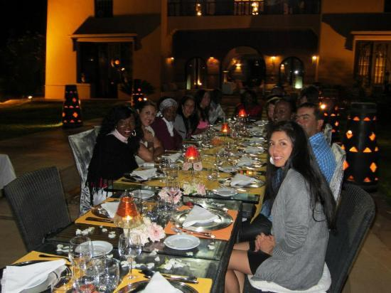 Villa Malika Silvana : table pour anniversaire au bord de la piscine