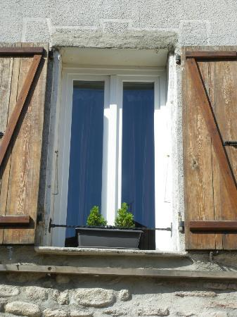 L'Hostalet: Ventana de la habitació que da a la Place de la Republique