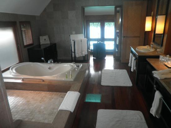 The St. Regis Bora Bora Resort: Amazing bathroom