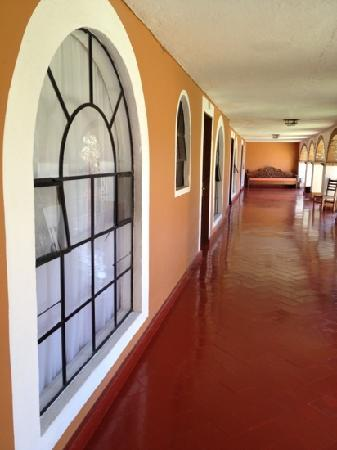 Hotel Monteverde Best Inns: Vista del pasillo