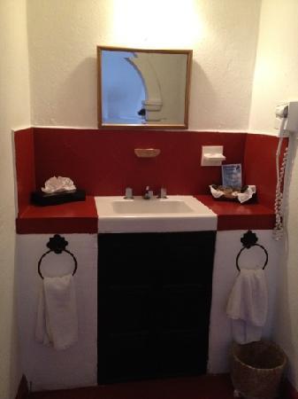 Hotel Monteverde Best Inns: Lavamanos habitacion 205