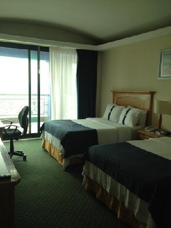 Holiday Inn Queretaro Zona Diamante: Habitacion 406 con balcon