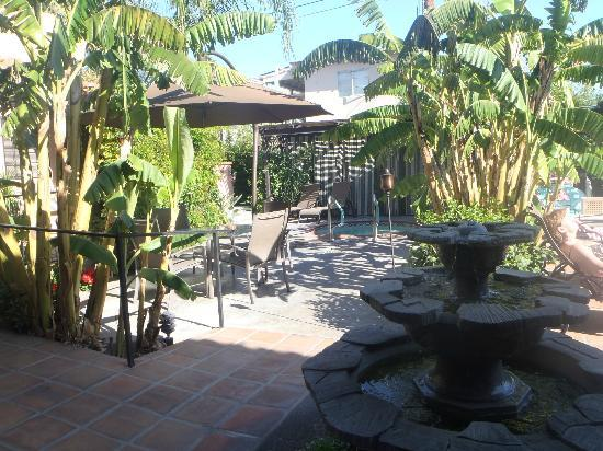 Hotel California: The lovely sitting area with water fountain and comfortable chairs.