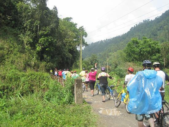 Blue Mountain Bicycle Tour : walking over narrow bridge