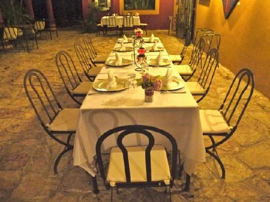 Hacienda Santa Cruz : Table set for dinner