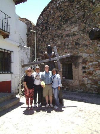 Acapulco Rosie's Tours: Group picture in TAXCO, amongst self-penitence bronzes, Rosie is on the right!
