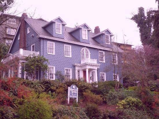 Chambered Nautilus Bed and Breakfast Inn: View from the street