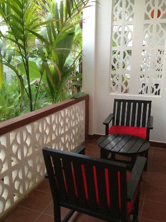 La Niche d'Angkor Boutique Hotel: patio area outside the room