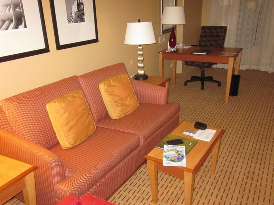 Anaheim Marriott Suites: Living room/ Office