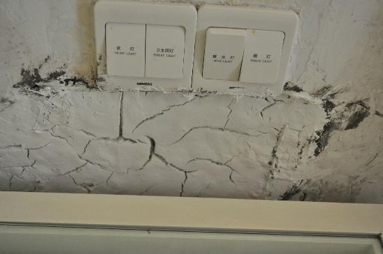 St.Rich Hotel : Damaged wall