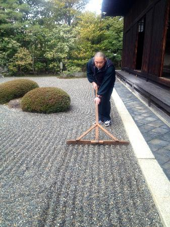 Shunkoin Temple Guest House: Rev. Taka Kawakami raking the Zen garden