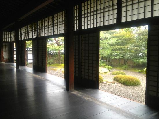 Shunkoin Temple Guest House: Looking out onto the Zen rock garden