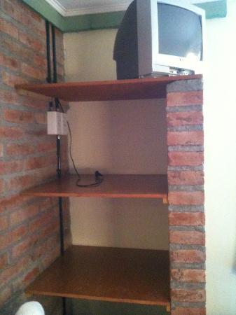 Calafate Hostel: mueble y tele de la habitacion