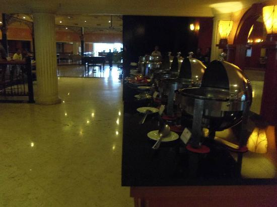 de Rivier Hotel: This is it.. the breakfast buffet.. 4 trays.. so many options.. NOT!!