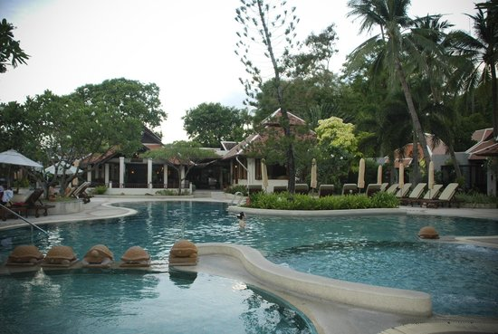 Chaweng Regent Beach Resort: pool beside beach