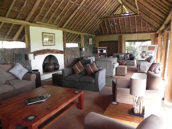 Naboisho Camp, Asilia Africa : Mess lounge.