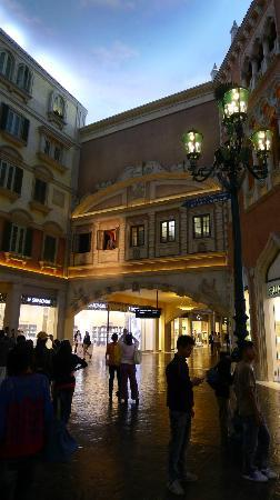 The Grand Canal Shoppes - Singer in the second floor window
